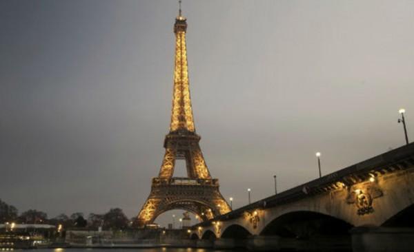 Evacuan la Torre Eiffel por amenaza de bomba