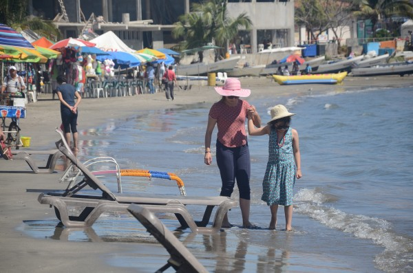 Playas de Veracruz repletas a pesar de contingencia