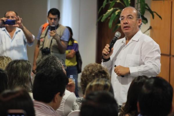 Felipe Calderón critica a AMLO por COVID-19, con imágenes de otro país