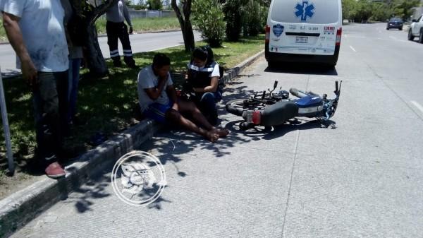 Motociclista se impacta contra taxi y resulta lesionado en Puente Moreno
