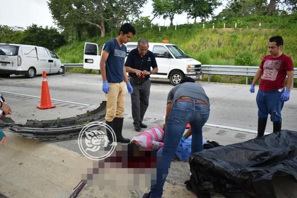 Muere conductor de camioneta del IMSS tras volcadura en Acayucan