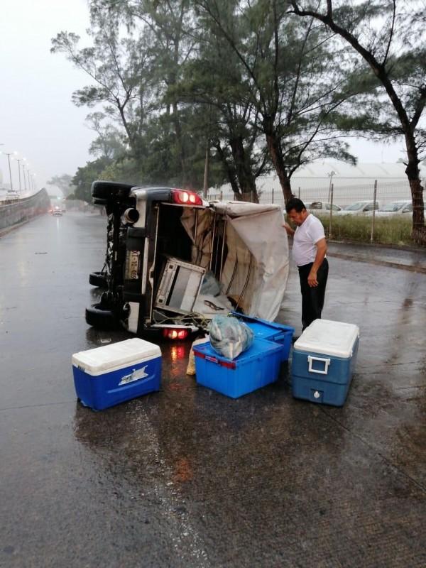 Camioneta termina volcada en avenida Miguel Alemán