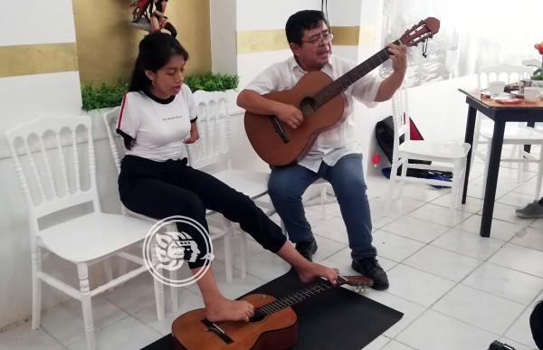 Gabriela Granados aprendió en 12 días a tocar guitarra con los pies