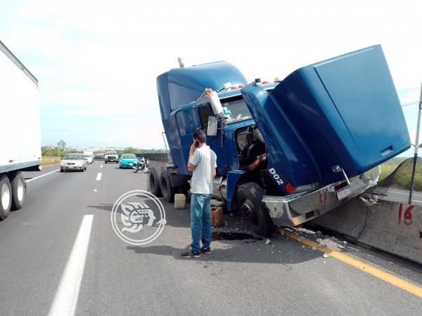 Tráiler se accidenta en carretera Veracruz-Cardel