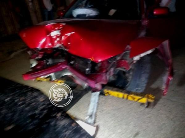 Choca auto contra poste en Zaragoza