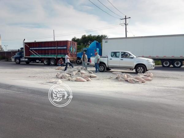 Volcadura de camioneta sobre el libramiento de la carretera 180