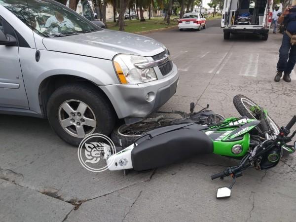 Camioneta choca contra pareja de motociclistas