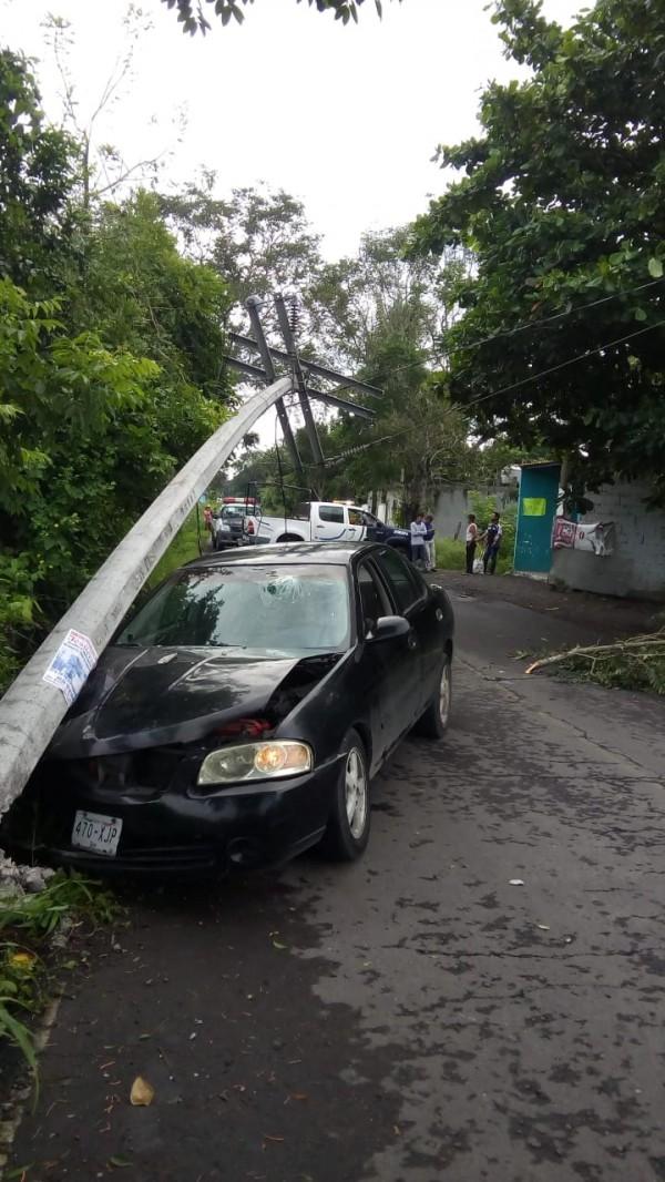 En Jamapa, un conductor pierde el control de su vehículo y choca en un poste