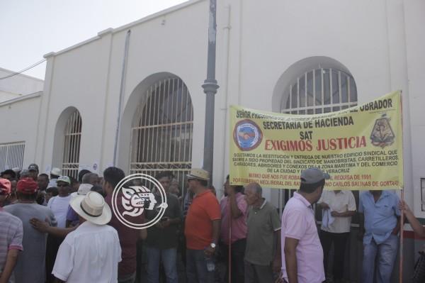 Trabajadores portuarios toman oficinas del SAT en Veracruz