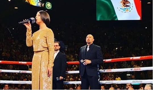 Ángela Aguilar se luce al cantar previo a la pelea de El Canelo