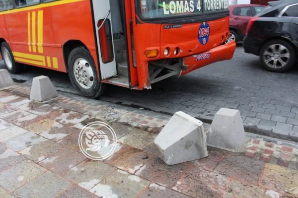 Conductor pierde el control y deja cuantiosos daños materiales