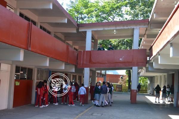 Con cuchillos, en escuelas de Veracruz alumnos amagan a maestros, afirman