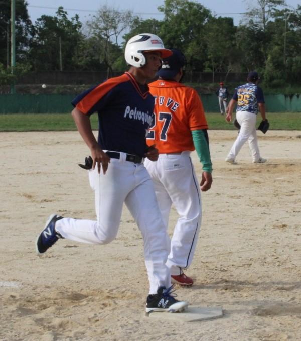 Con todo reanudan acciones en el softbol varonil Libre de Agua Dulce