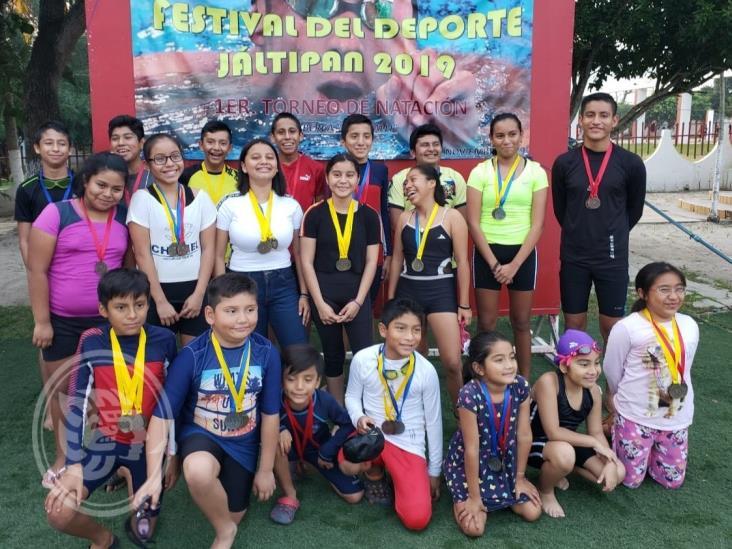 Nadadores del Club Malinalli de Jáltipan arrasaron en casa