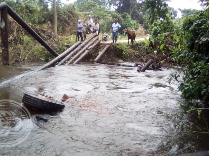 Improvisan puente de madera en comunidad de Minatitlán