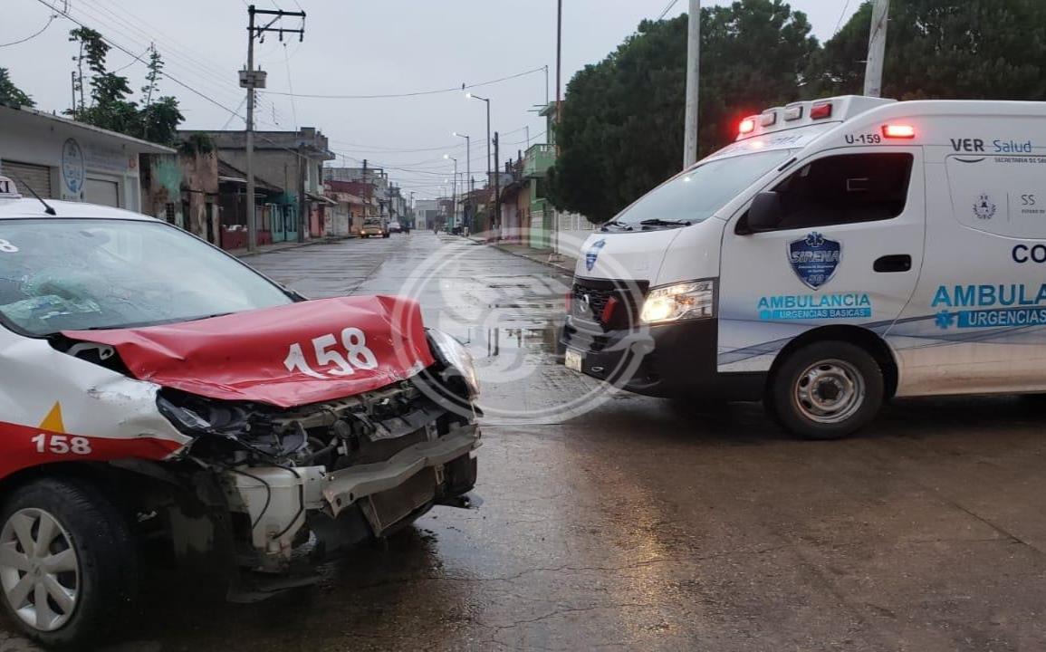 En Cosamaloapan, camioneta impacta a taxi; 3 pasajeras lesionadas