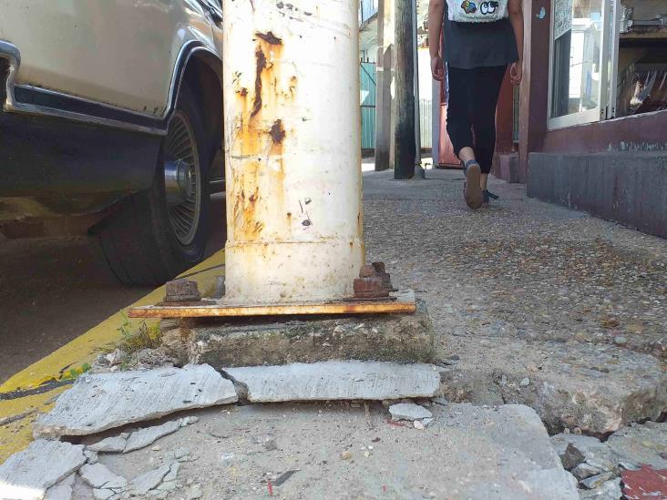 Postes metálicos, riesgo latente en el centro de Agua Dulce