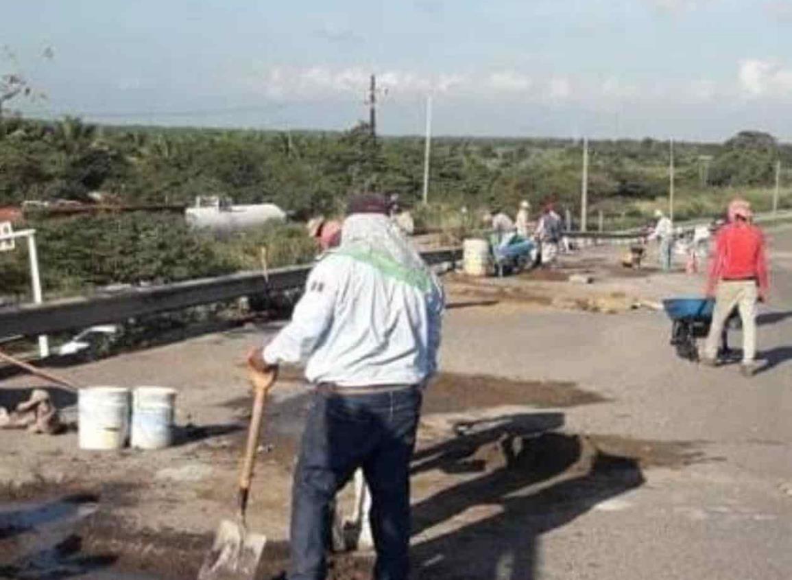 Realizan trabajos de bacheo en la Coatzacoalcos-Villahermosa