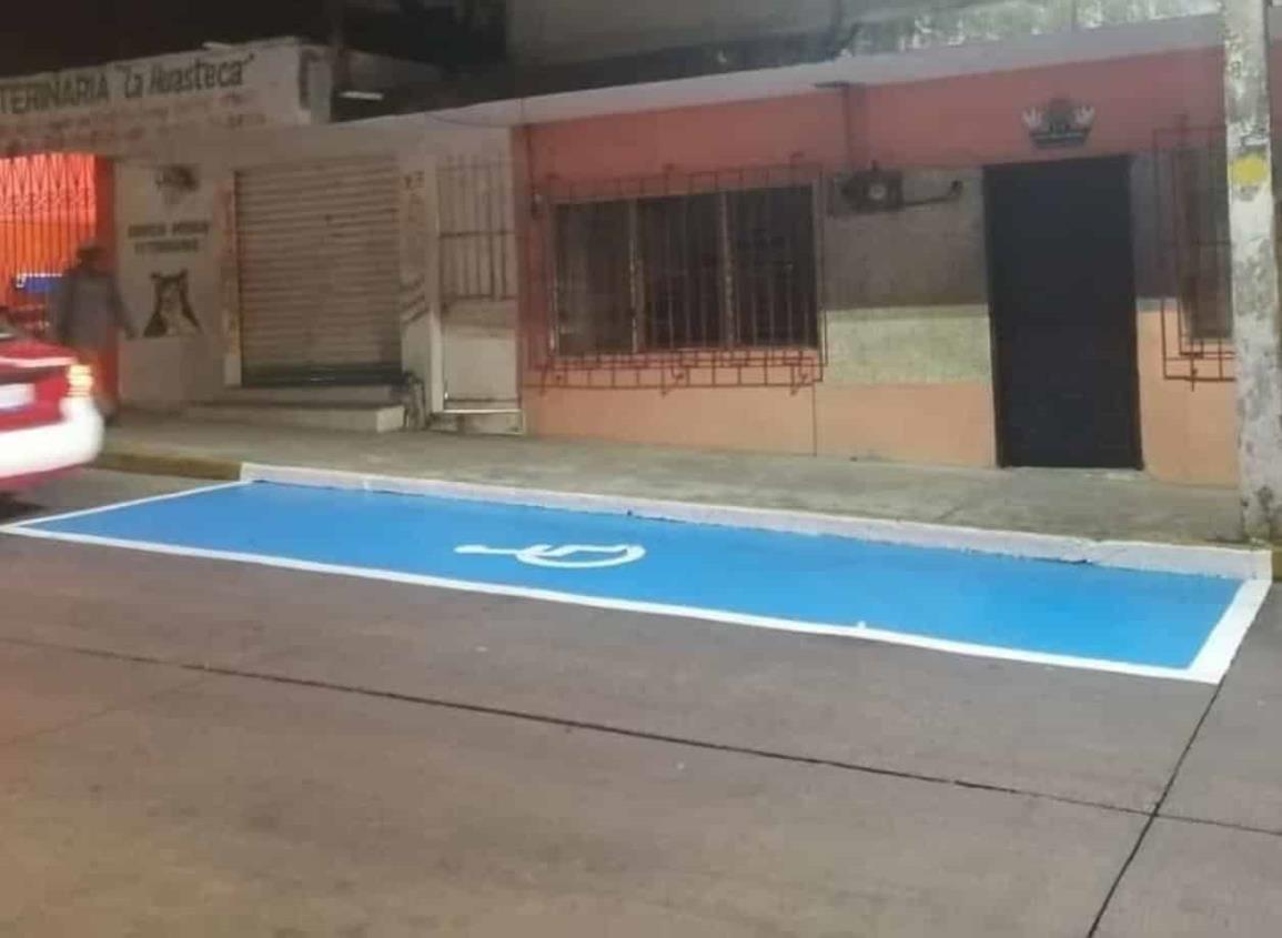 Pintan cajones para discapacitados en el centro de Nanchital