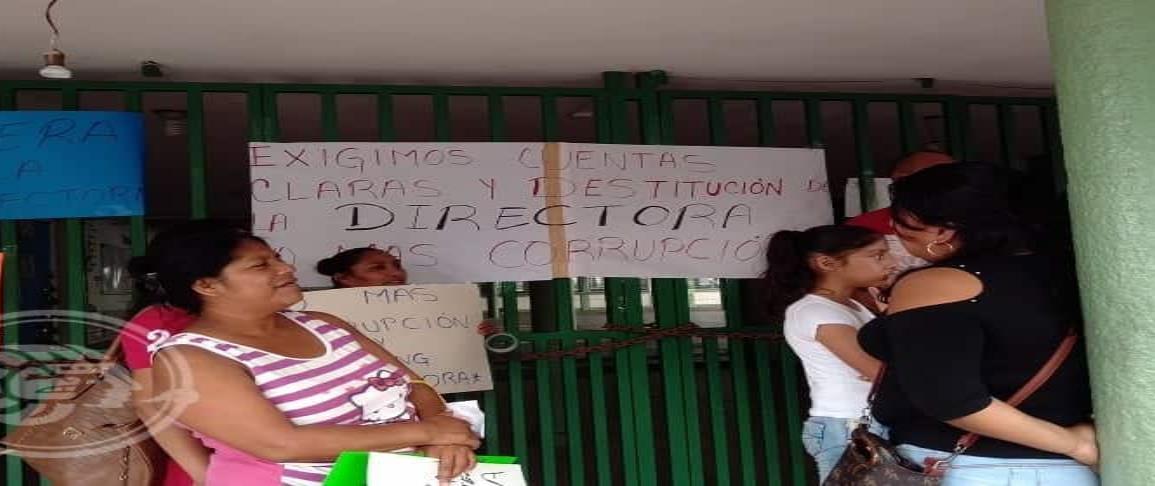 Padres toman escuela, exigen cuentas claras a directora