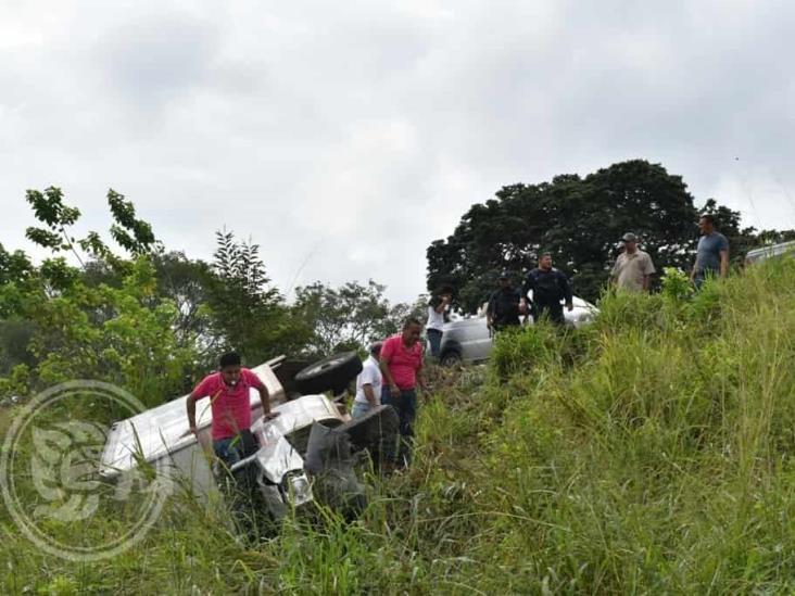 Tras intento de robo, vuelca camioneta en Acayucan