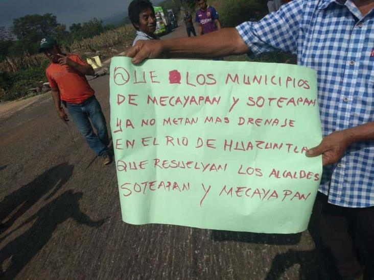 Bloquean carretero; No más caca al río Huazuntlán, exigen pobladores