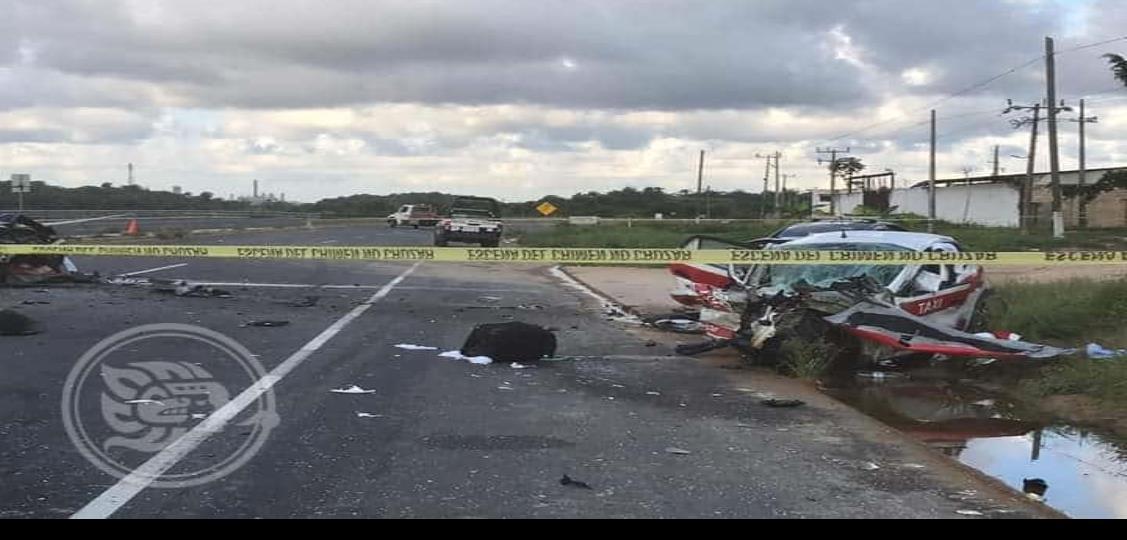 Fuerte accidente entre un taxi y un federal de caminos sobre la carretera coatza-villa