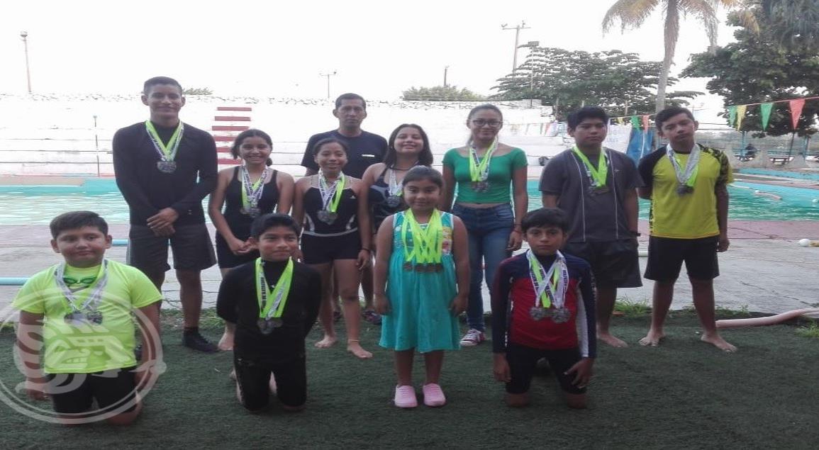 Nadadores del Club Malinalli de Jáltipan triunfan en Minatitlán