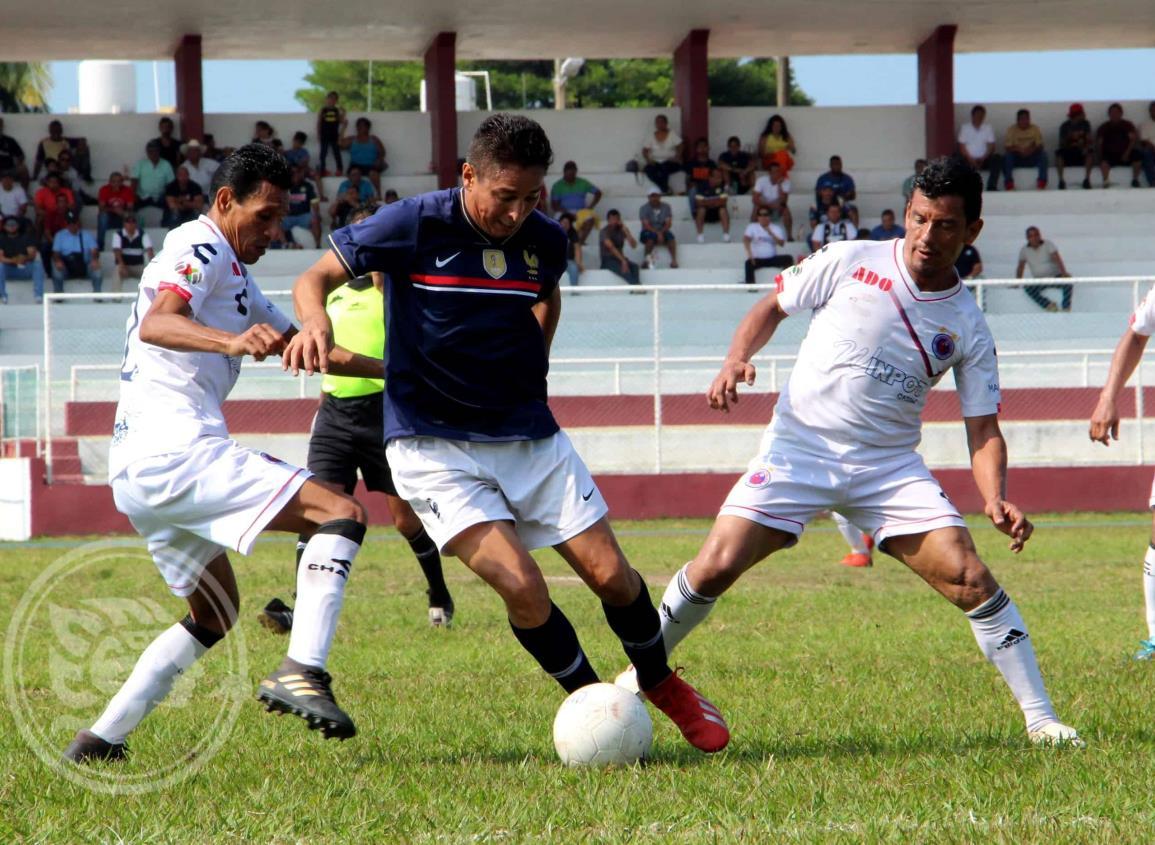 Título en el aire en la final del futbol regional Más de 40