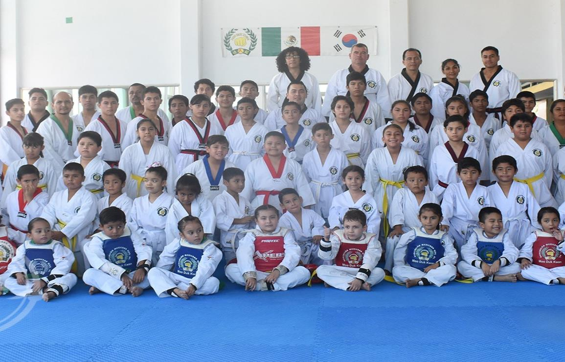 Cierran taekwondoínes de la AMMDK cierran el año con examen