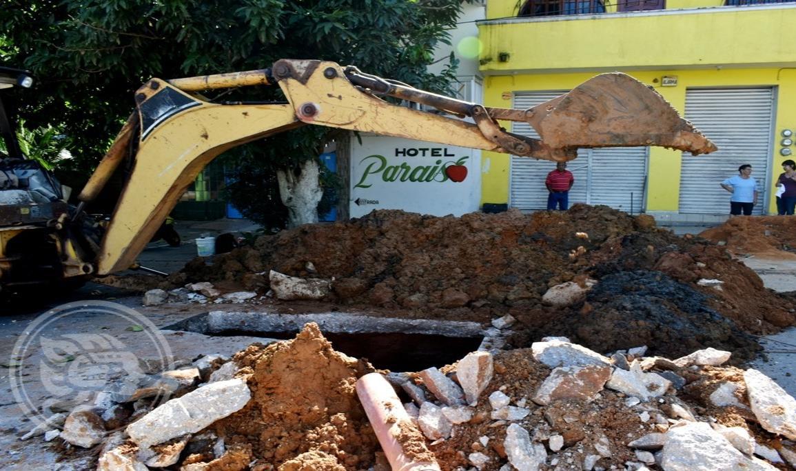 CAEV y obras públicas de Acayucan se deslindan de ruptura de tuberías