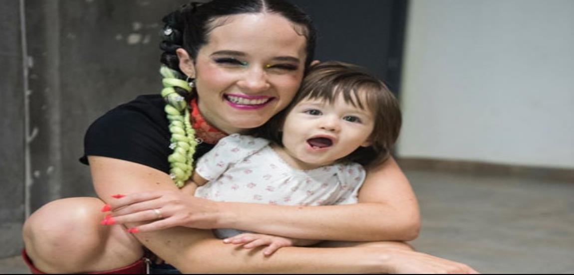 Ximena Sariñana presume fotografía a lado de su hija