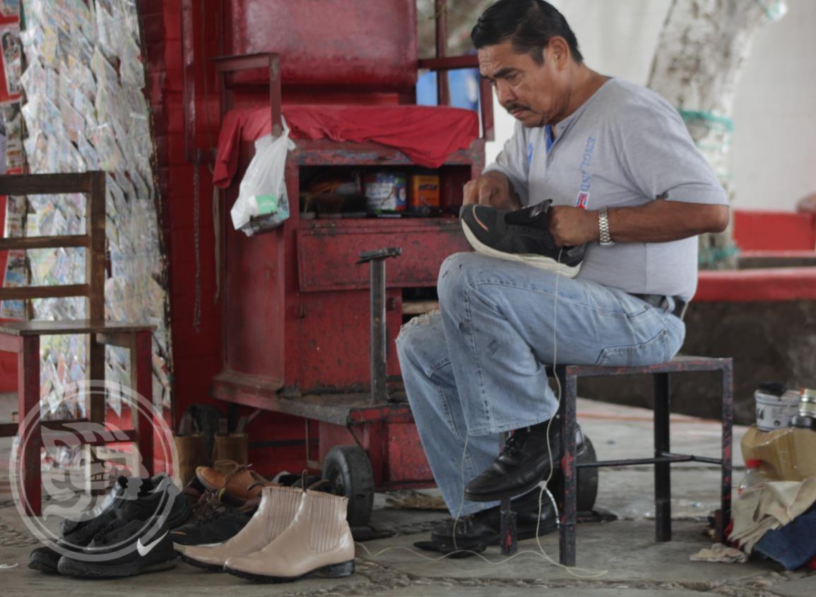 Don Javier González tiene 30 años de ser ´lustrador de botas´