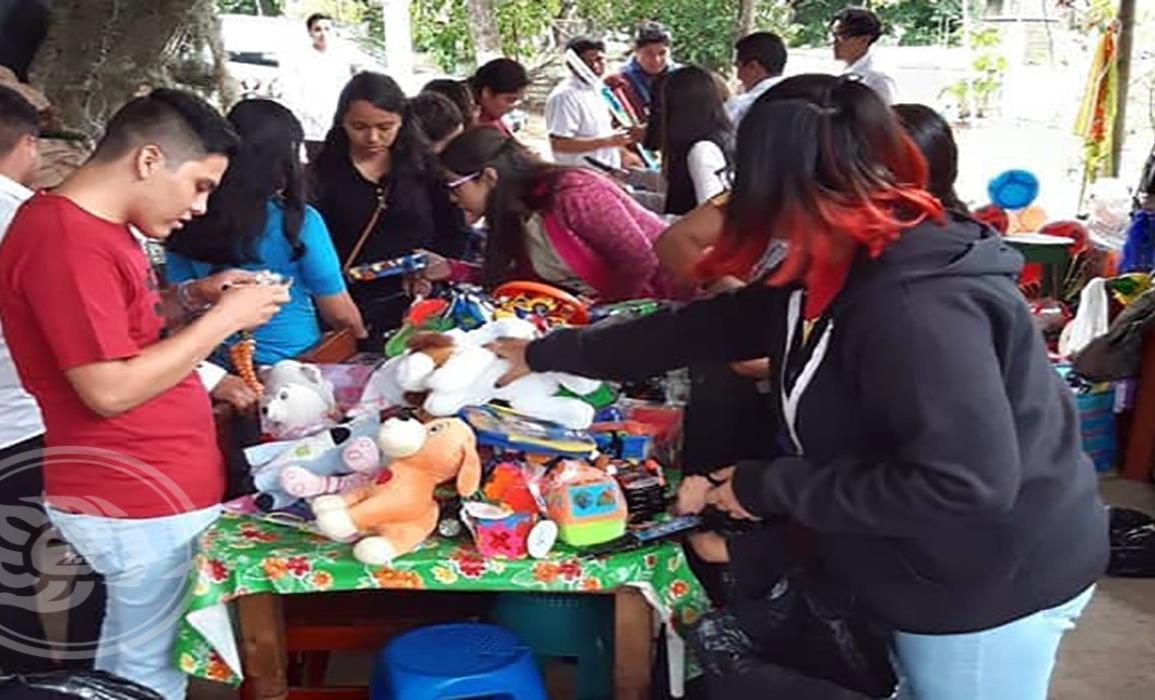 Llevan regalos a las zonas vulnerables de Minatitlán