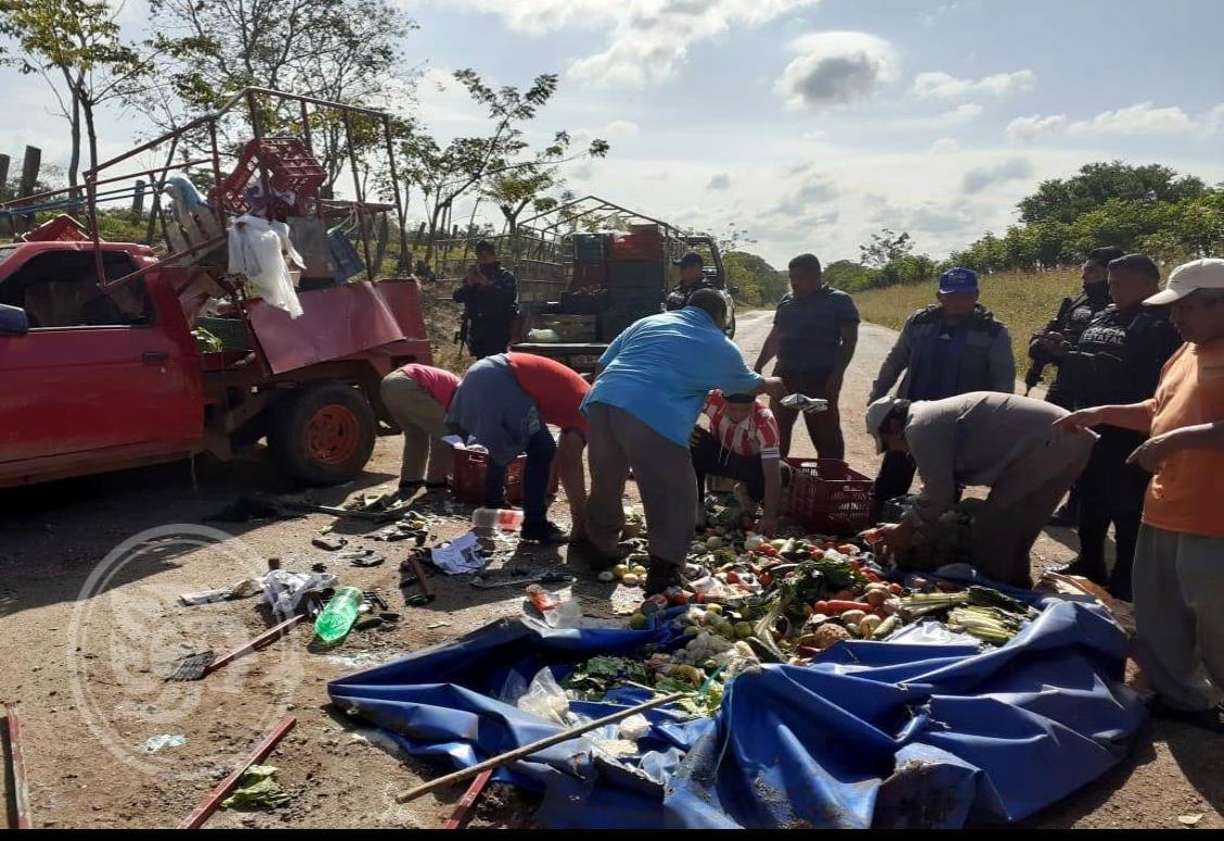 Daños materiales tras volcadura de comerciante en Sayula