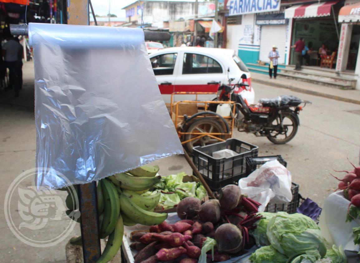 Para no perder clientes, comerciantes continúan entregado bolsas
