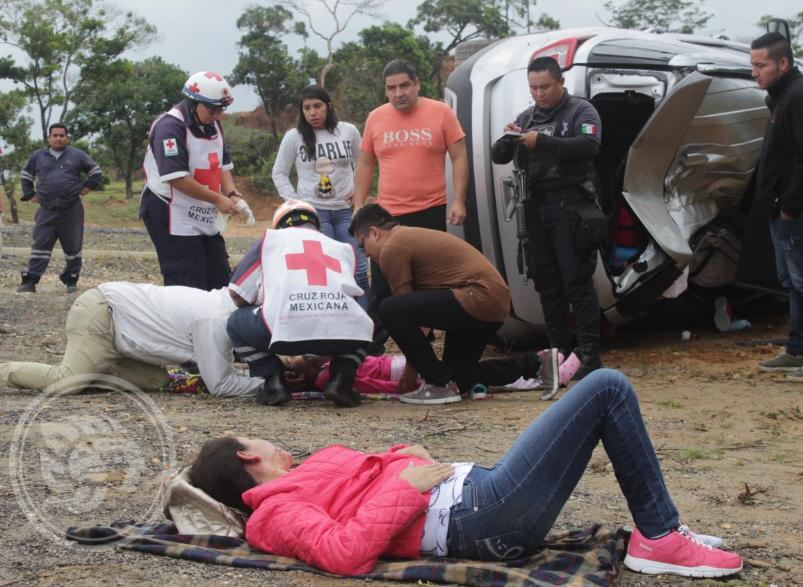 Dos heridos tras volcadura en la Costera del Golfo