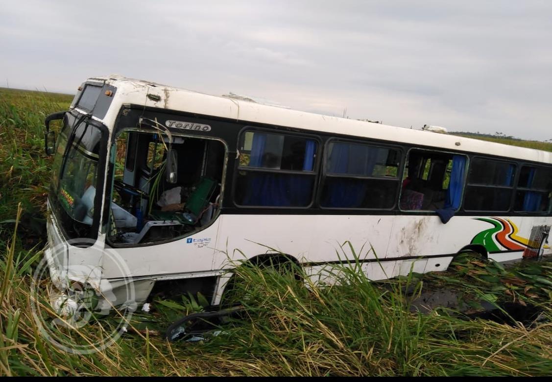Tras accidente, dos unidades terminan en pantano de Las Matas