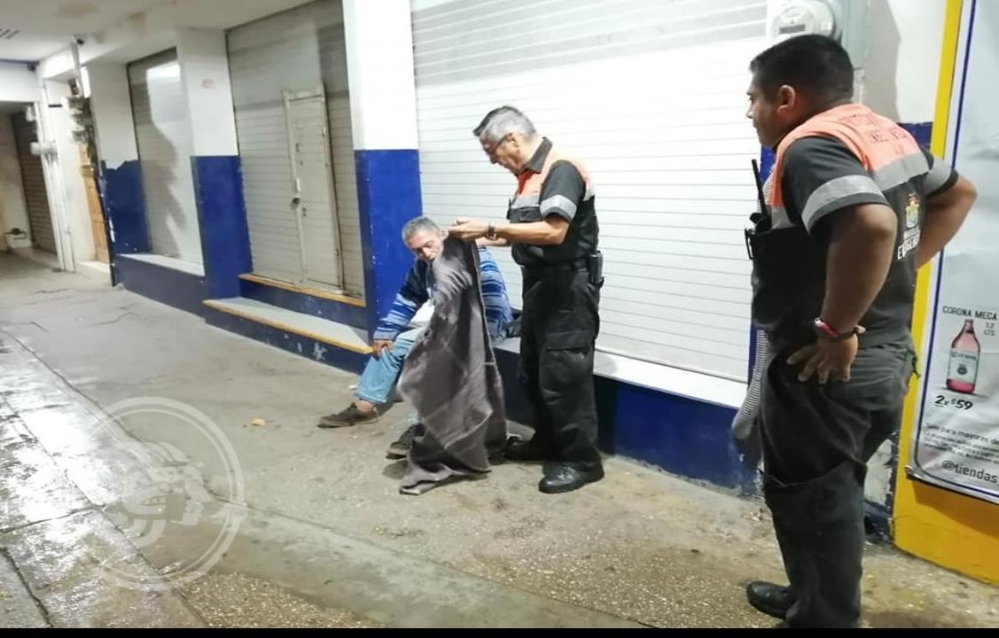 Protección Civil reparte cobertores y colchonetas en Minatitlán