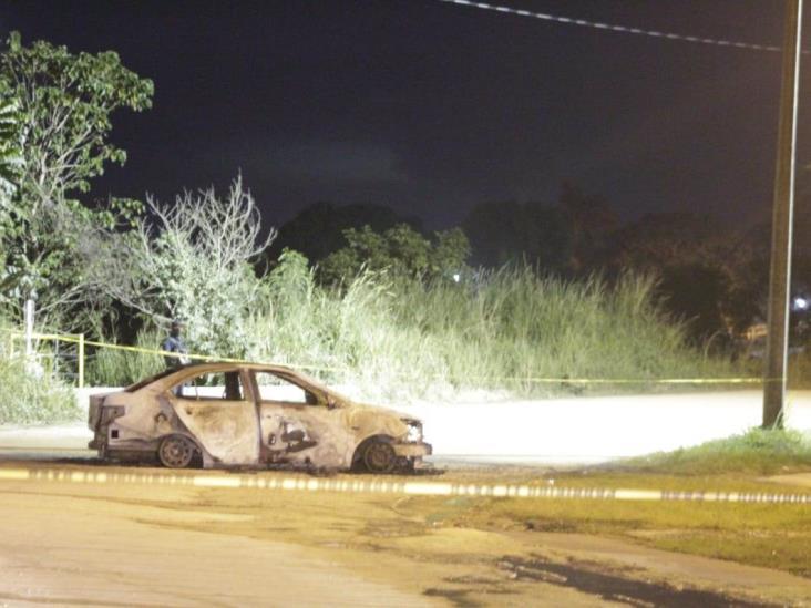 Incendian auto y dejan narcomensaje en Agua Dulce