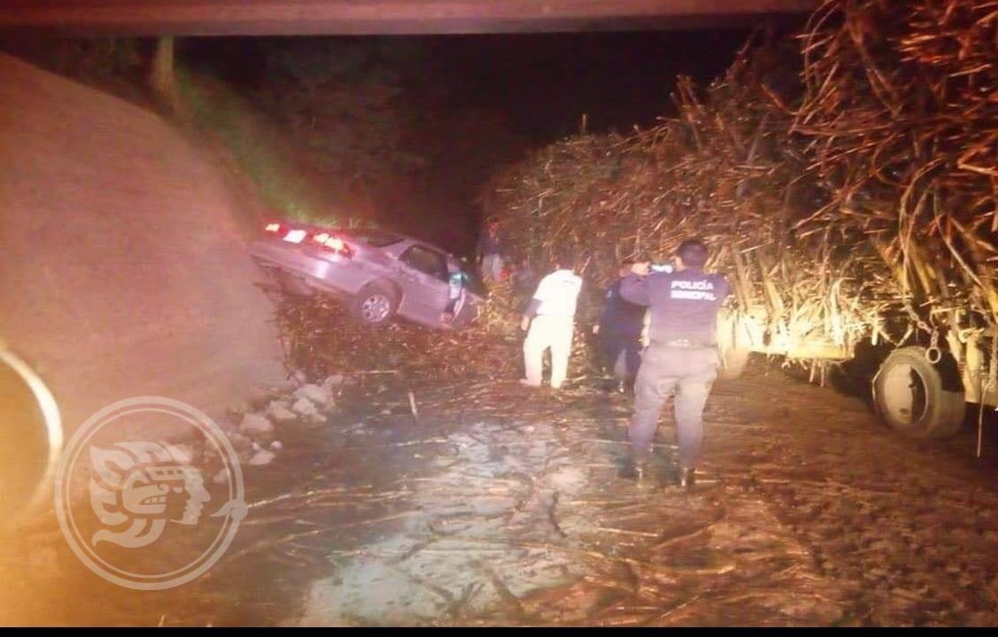 Aparatoso accidente de automóvil contra carreta cañera en Tres Valles