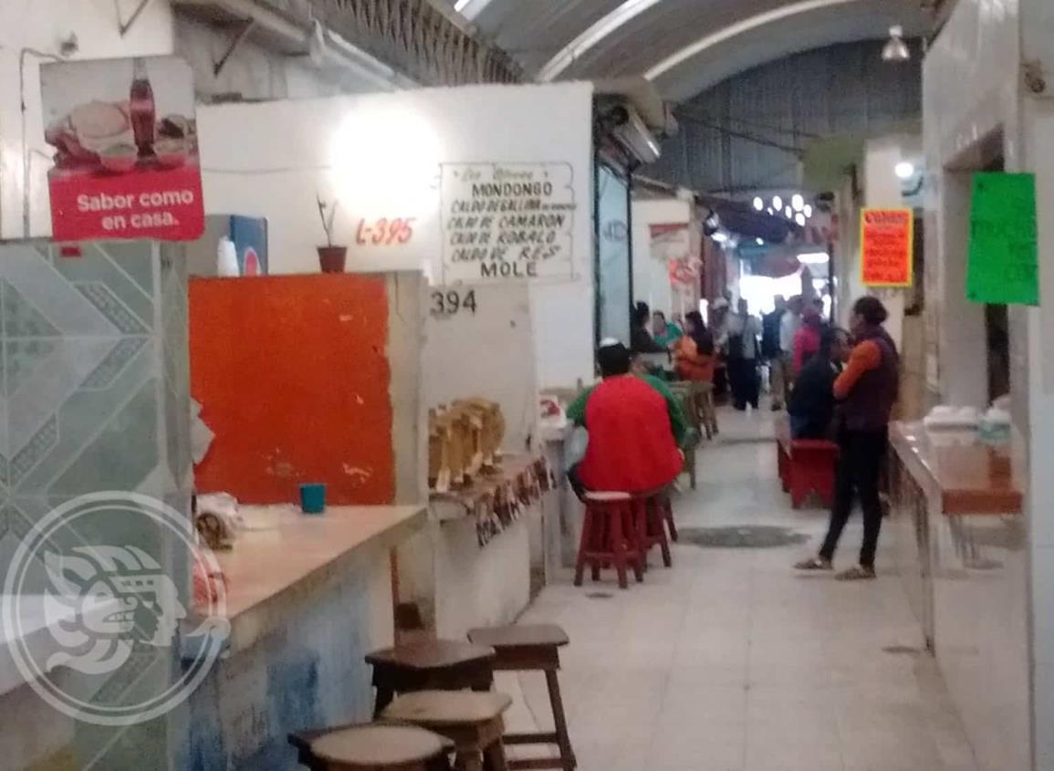 Escamas y cebo obstruyen drenaje en el mercado 5 de Febrero