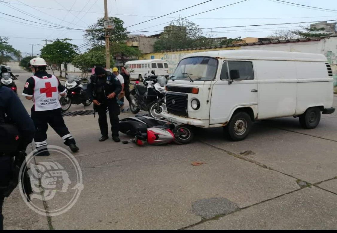 Combi impacta a mujer motociclista en Coatzacoalcos
