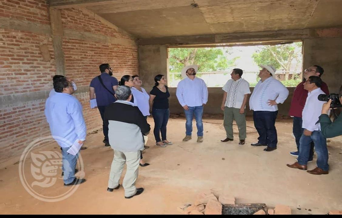 SEV se compromete a atender necesidades escolares en Soteapan
