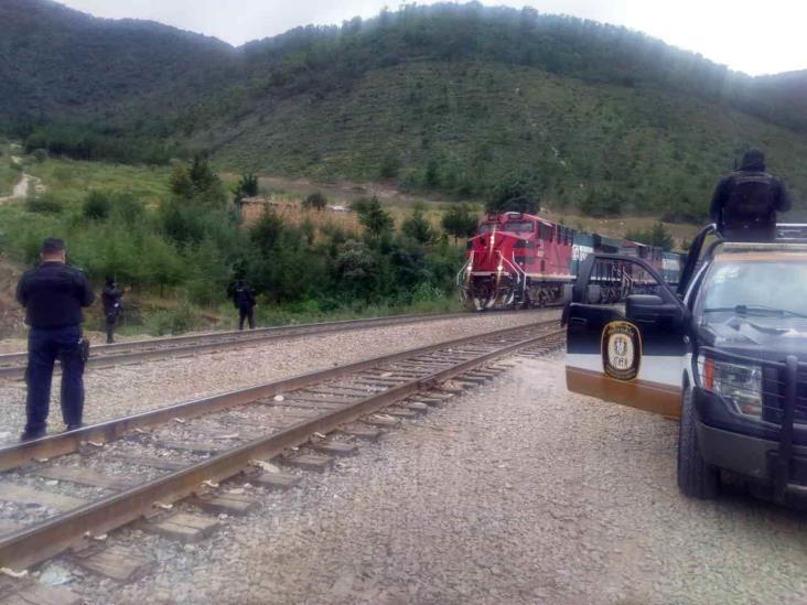 Frustran asalto a un tren; policías se enfrentan a ladrones