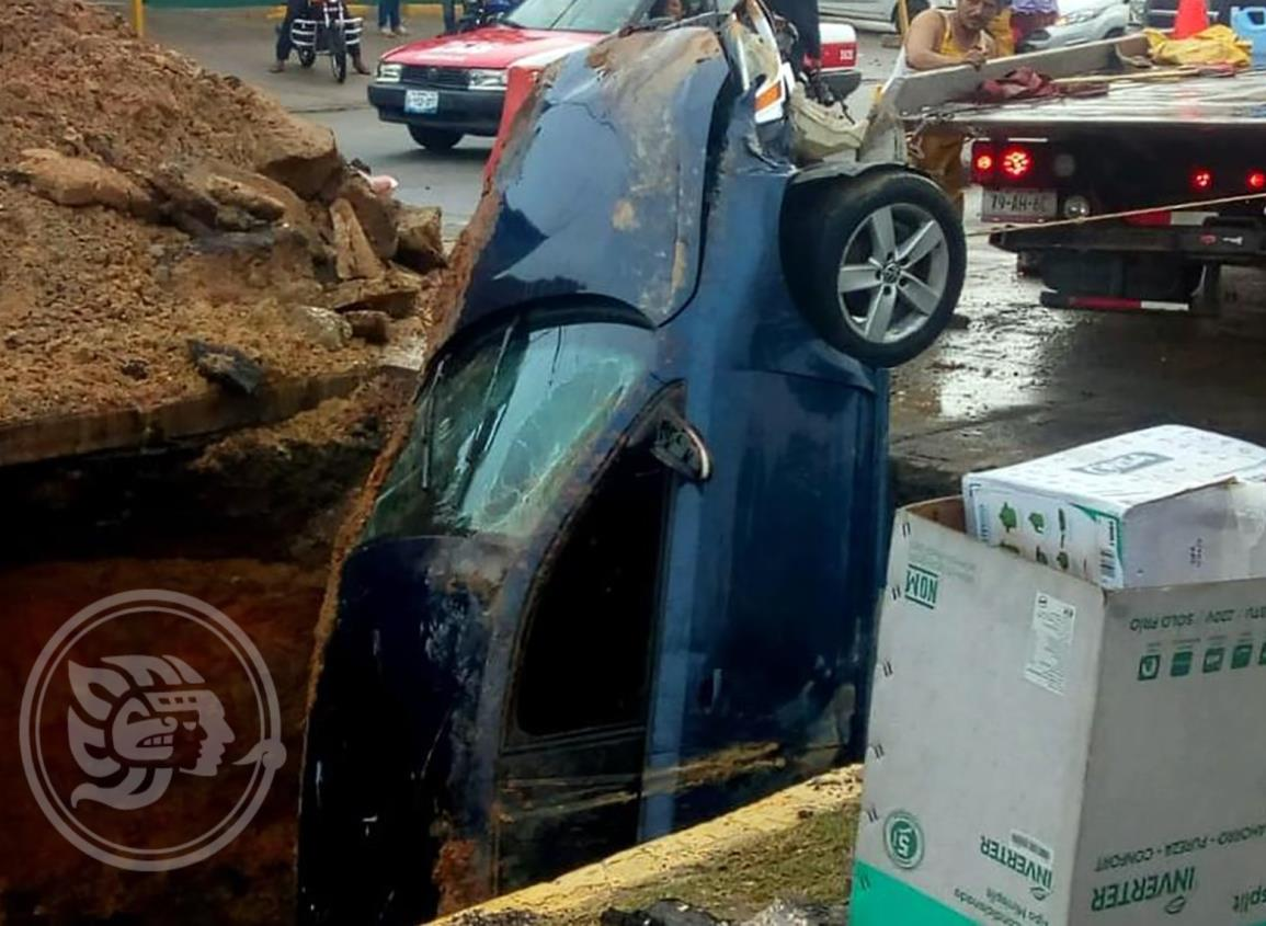 En Minatitlán, auto cae a enorme socavón de 15 metros