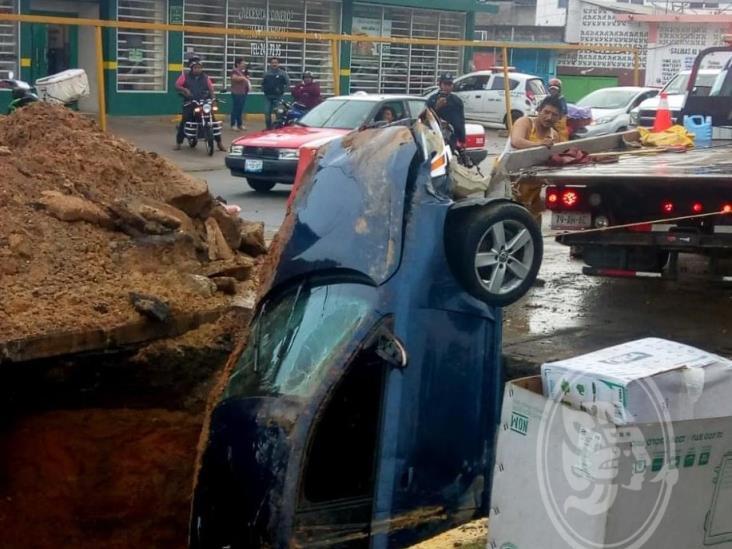 Cae Jetta en socavón sobre bulevar de Minatitlán