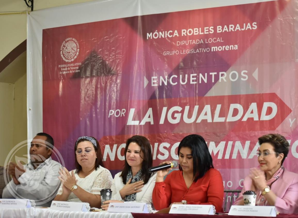Mónica Robles presenta en Acayucan las reformas al código civil