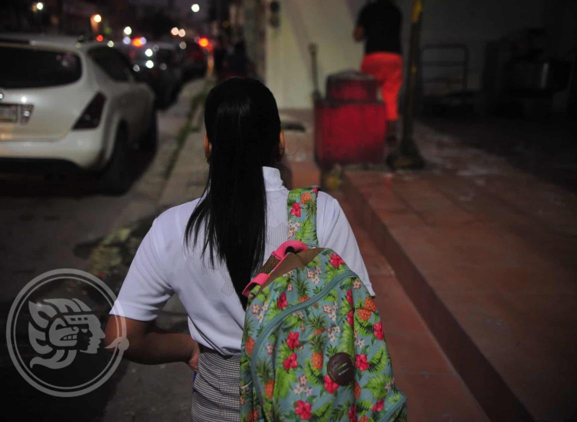 Familias de Coatzacoalcos apoyan la revisión de mochilas