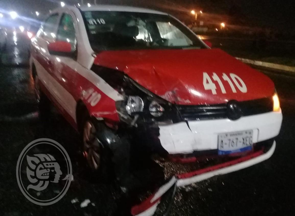 Aparatoso choque entre dos taxis en Coatzacoalcos